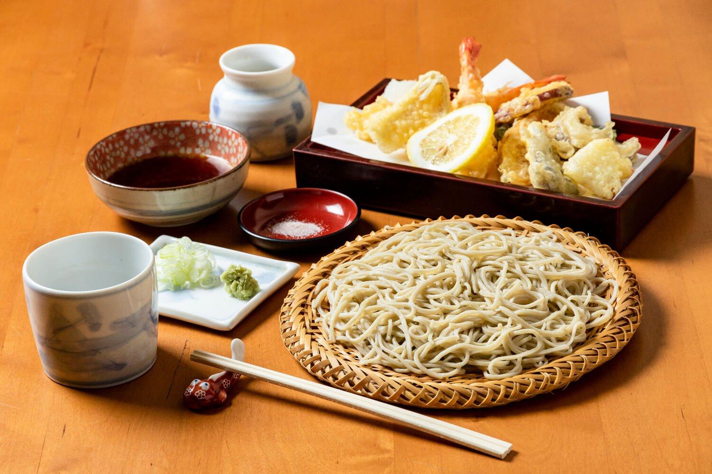 天種がたくさんある上天ぷらそば1400円。
