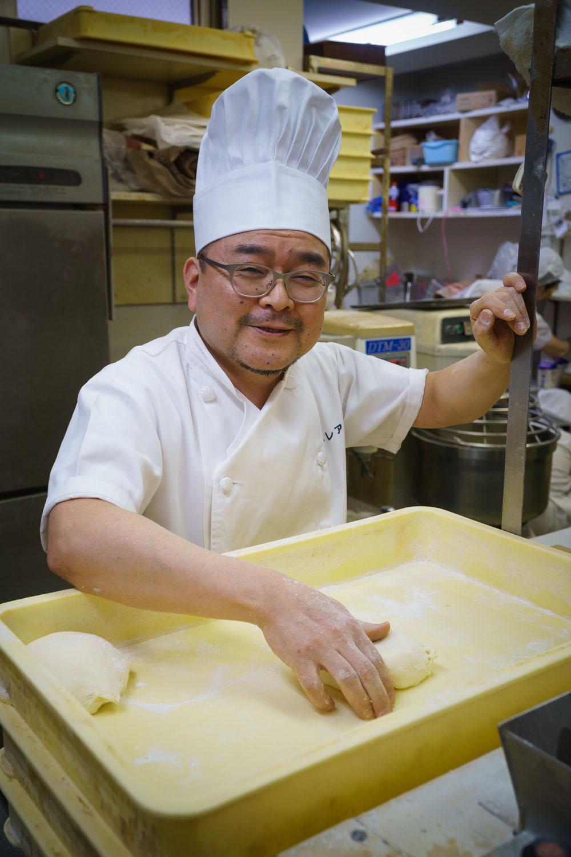 1日3回揚げるカレーパンのほか、約80種類のパンを焼く厨房の中は忙しい。