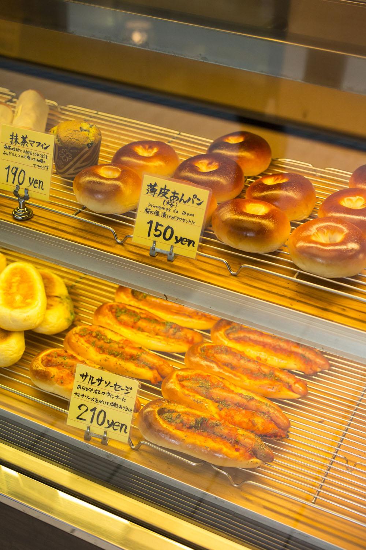 ハード系や調理パン、薄皮あんぱんなど1日50種類は焼くが、とにかく見る間に売れていく。