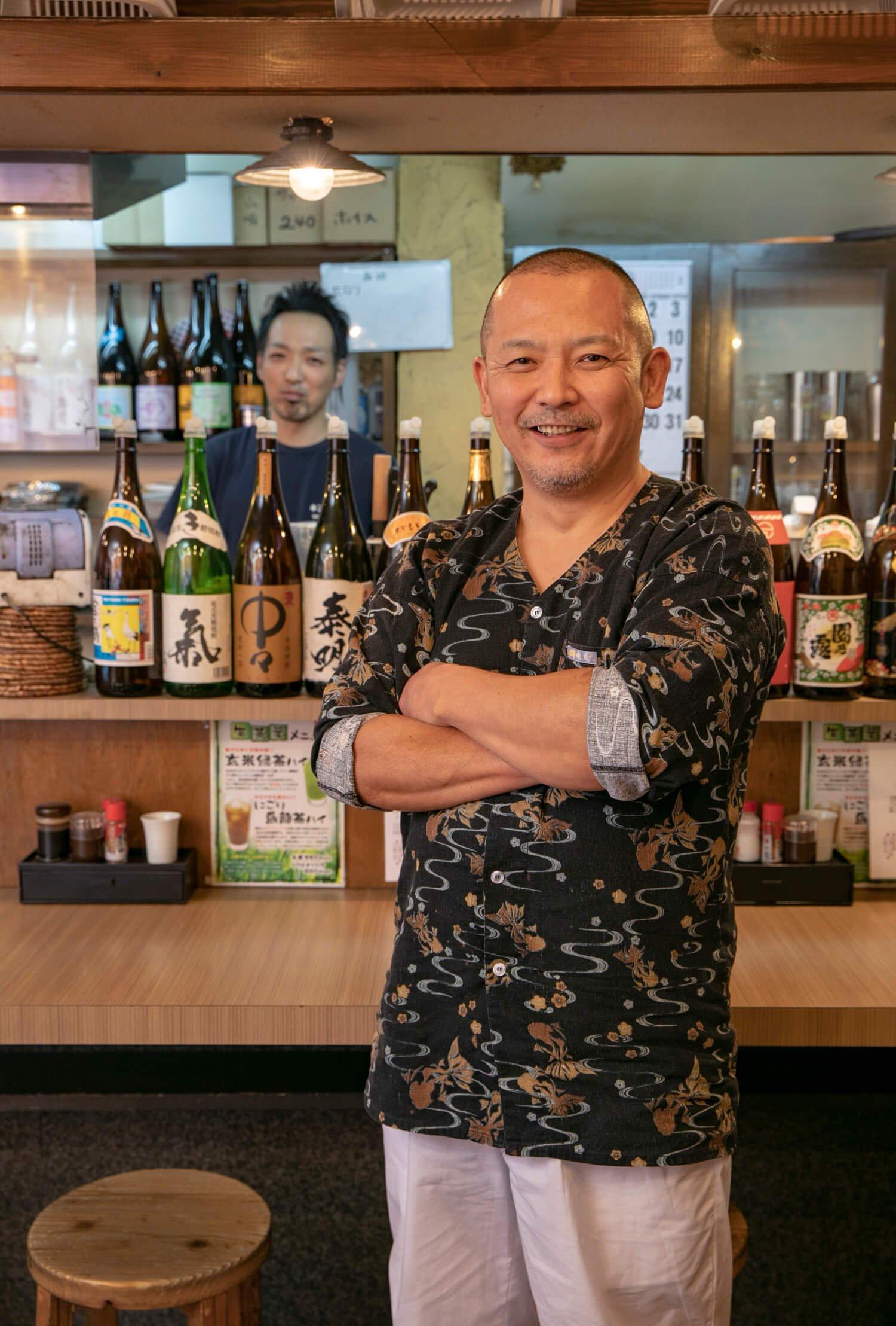 愛車はゼッツーの平尾さん(手前)と焼き台担当の田尻洋平さん。