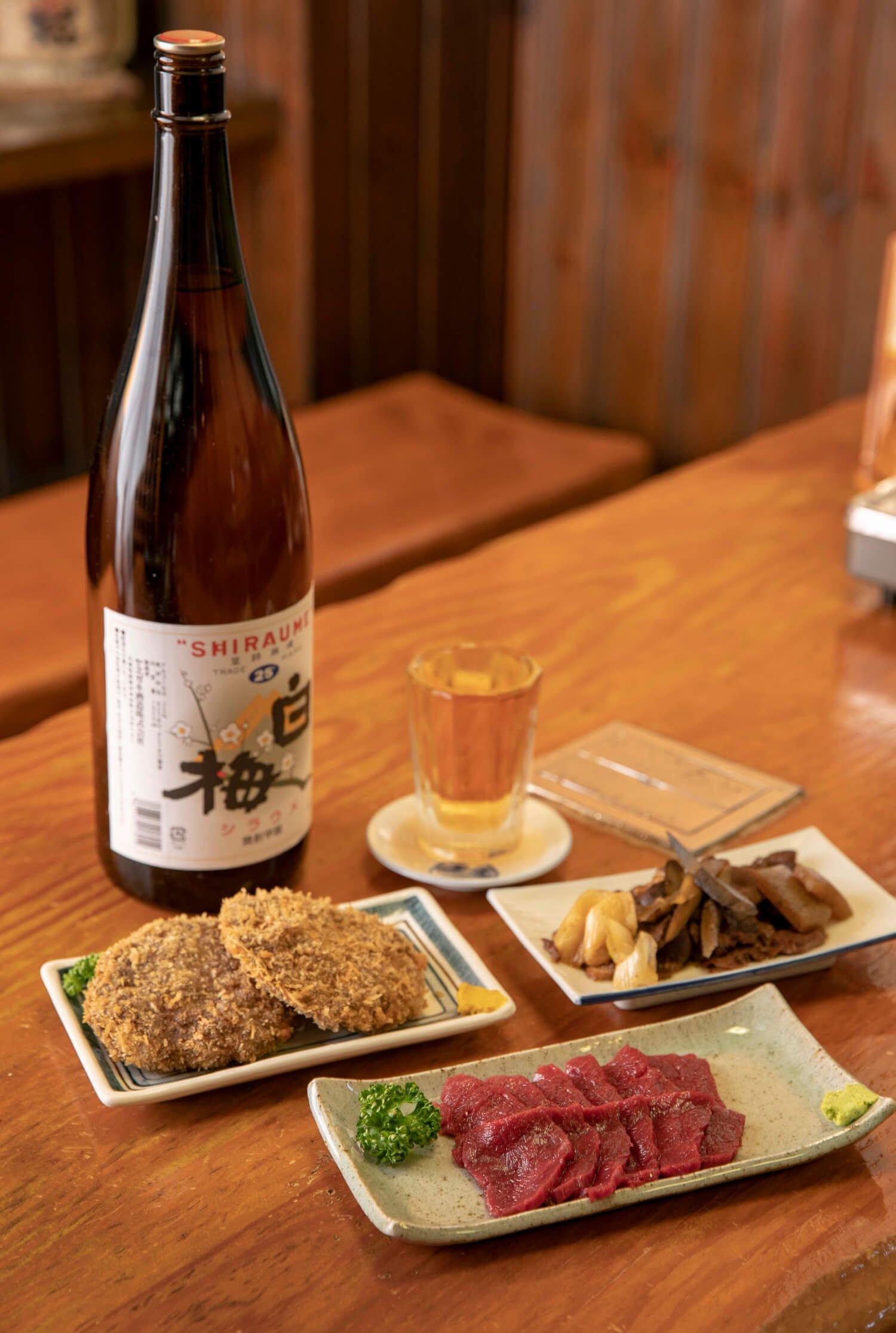 馬刺し上や肉皿、馬肉のメンチ2個640円をうめ割と。すきやき風の肉なべ1750円も名物。