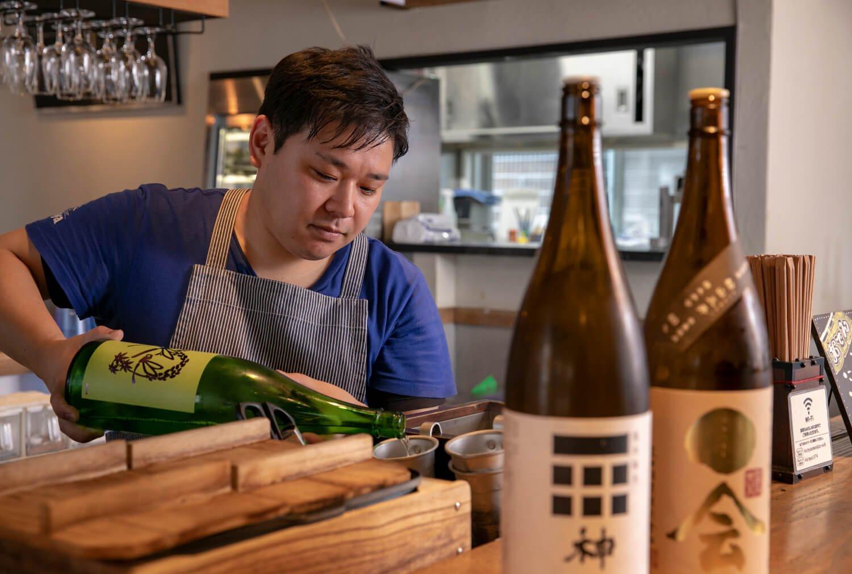 「店内で気に入った地酒も購入できます」とスタッフの三角隆至さん。