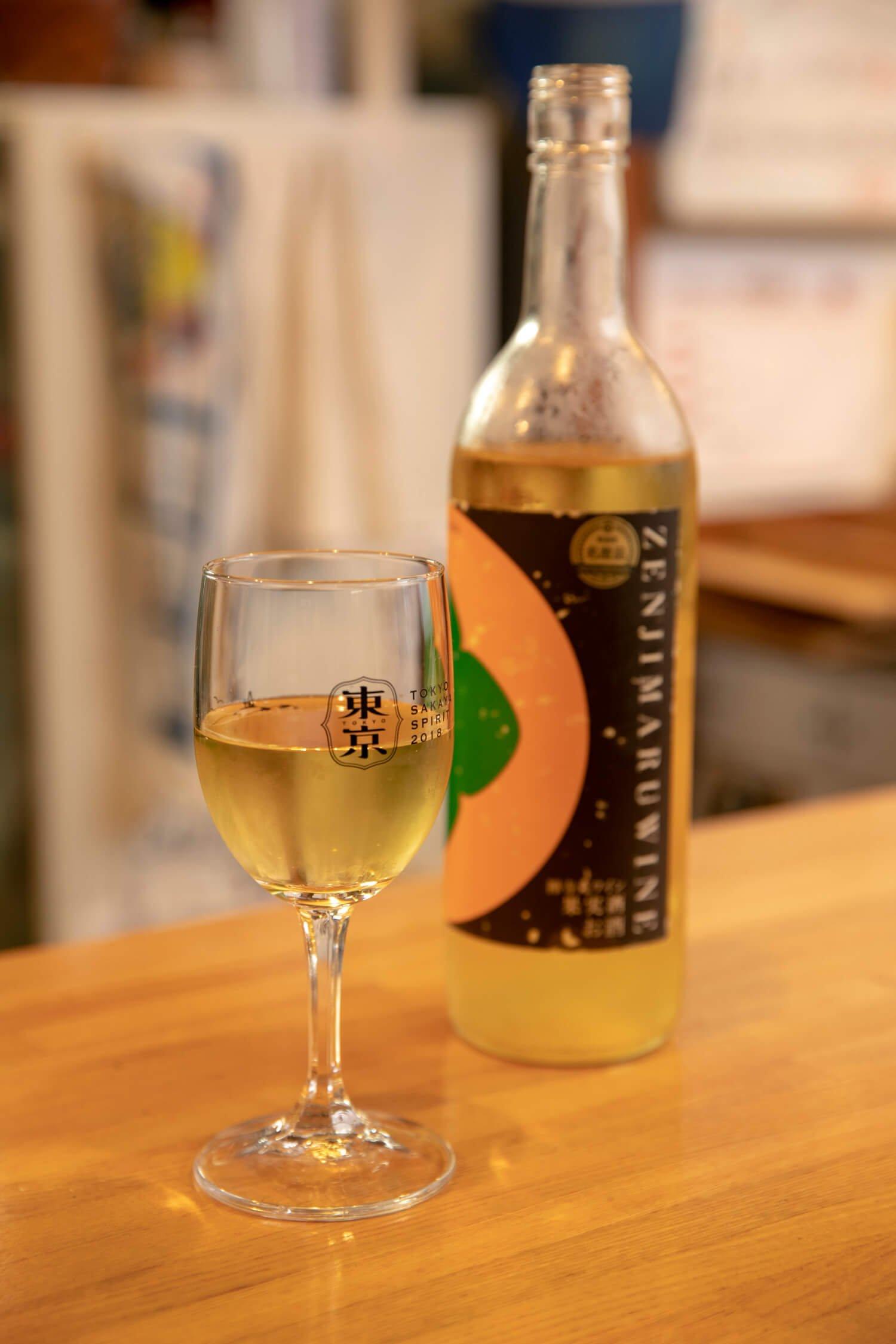 町田産の禅寺丸柿の果汁を加えた禅寺丸柿ワイン400円。