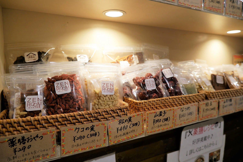 店頭では和漢食材なども販売している。