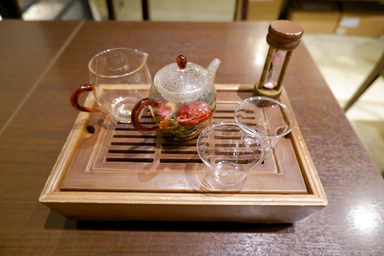 美的茶968円。薔薇烏龍茶にクコの実、ナツメ、ハト麦をブレンドし、美容をサポート。