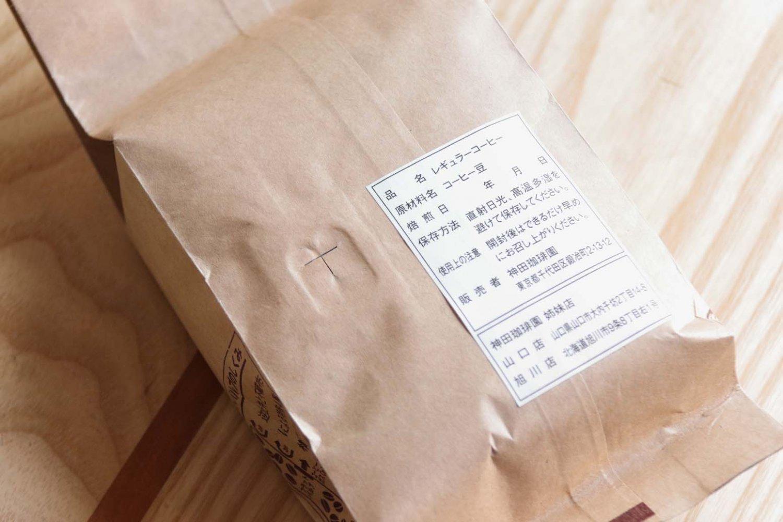 豆袋の裏面、ラベルの横に二酸化炭素を排出し、酸素の侵入を防ぐ窓がある。