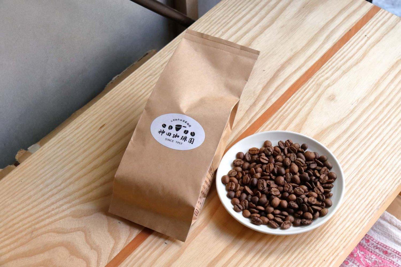 テイクアウトのコーヒー豆(100g)500円~。5の付く「豆の日」は15%割引になる。