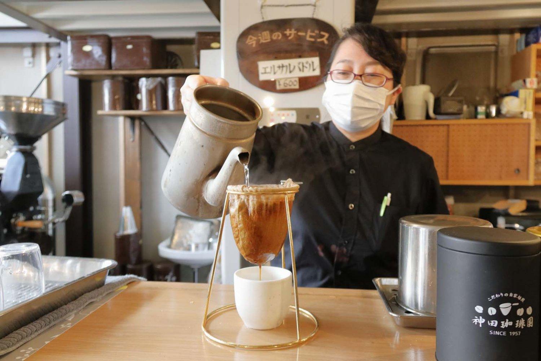 ネルドリップは手間暇を要するが、雑味を抑えたコーヒーが抽出できる。