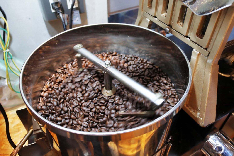 焙煎釜から出した豆はすぐに冷やす。店内にはよい香りが漂う。