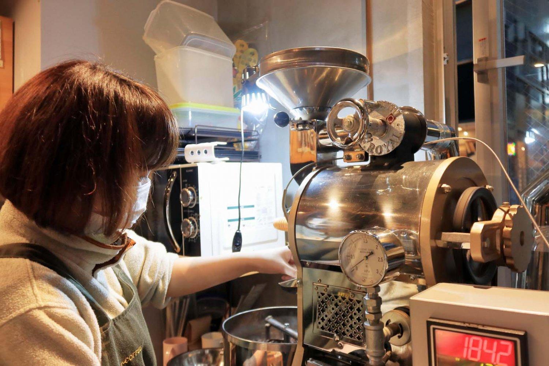 焙煎作業はオープン以来、店主の滝本祐未さんが一人で担当している。