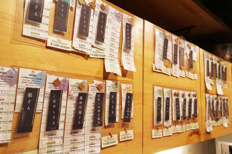 棚の扉に常連のコーヒーチケット。1杯×10枚つづりで2650円。