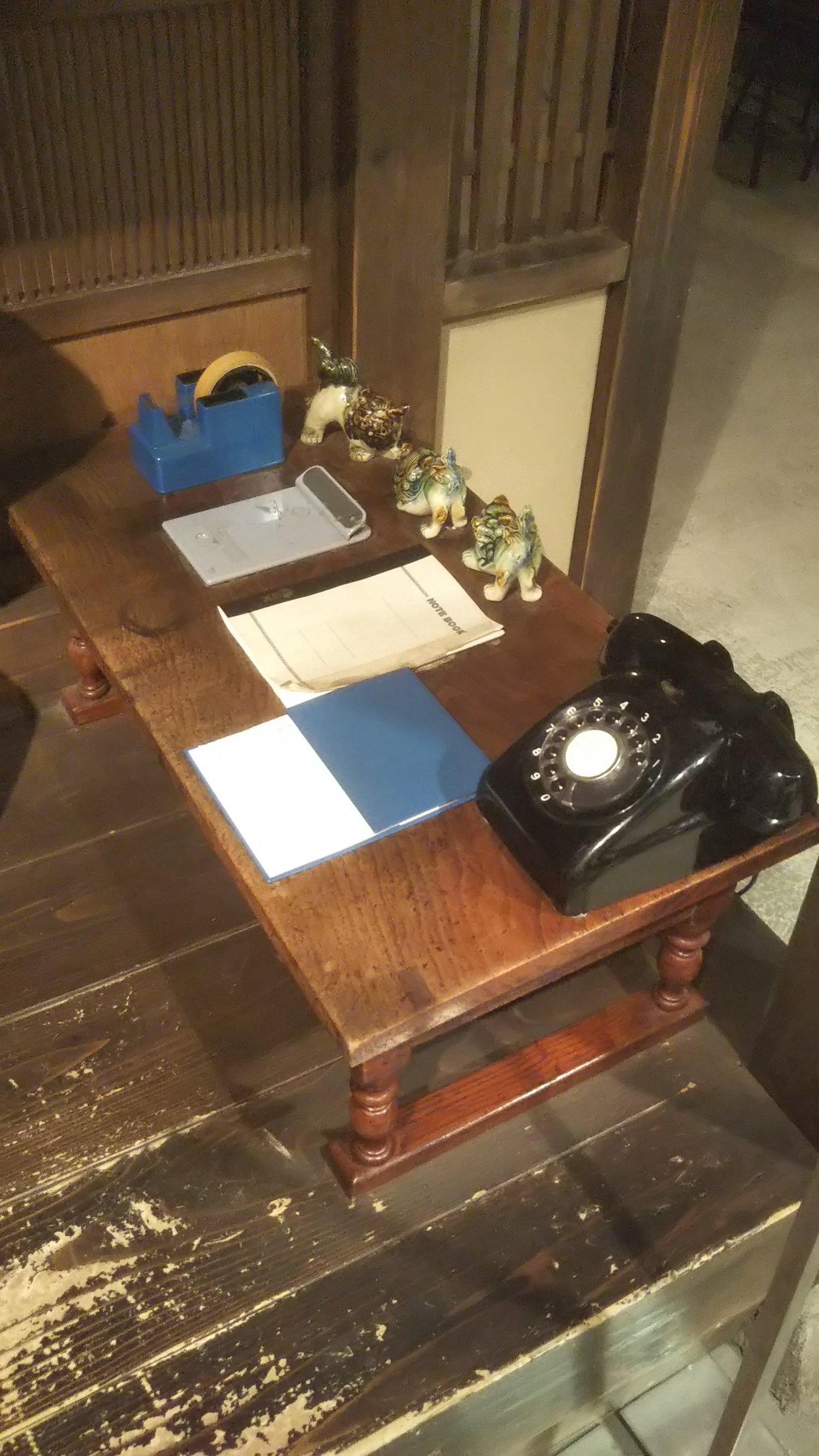 リリーからの電話を心待ちにする寅さんをタコ社長がからかうところからバトルに発展(「葛飾柴又寅さん記念館」)。