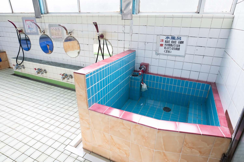 水風呂の水は常温の水道水なので、冷たすぎない。