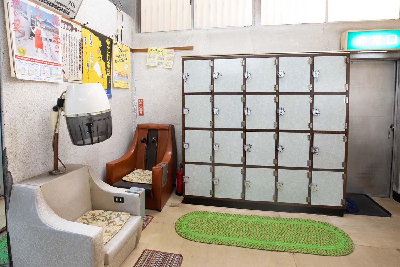 昔の美容室のような、おかまを被って髪を乾かすドライヤーがある。