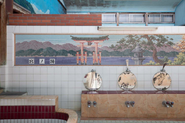 男湯のシャワーの上にあるドット状のタイル絵。