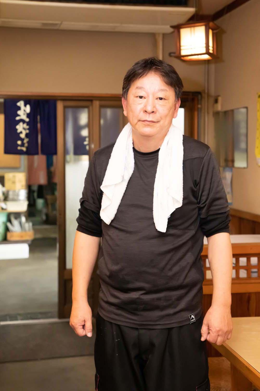 店主の齊藤隆宏さん。来年には還暦を迎えるとは思えない若々しさ。