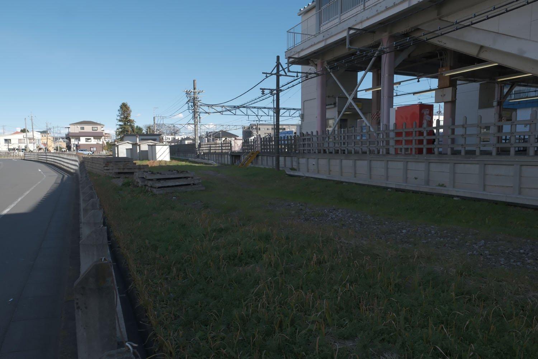 南大塚駅の北側。以前はレールが敷かれていたが、すでに撤去されている。
