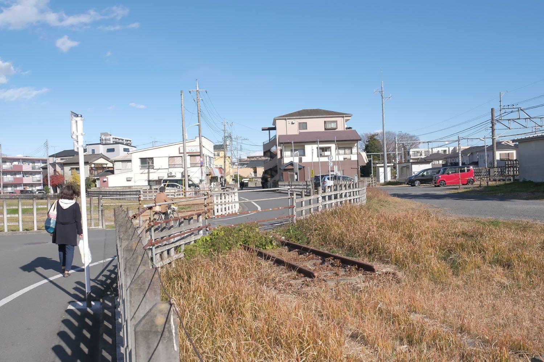 駅構内北側外れの道路部分にレールが残っていた。