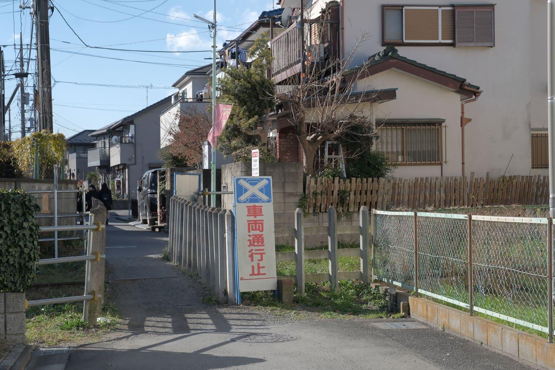 住宅地の路地裏。不自然に狭く成っている怪しいエリア。