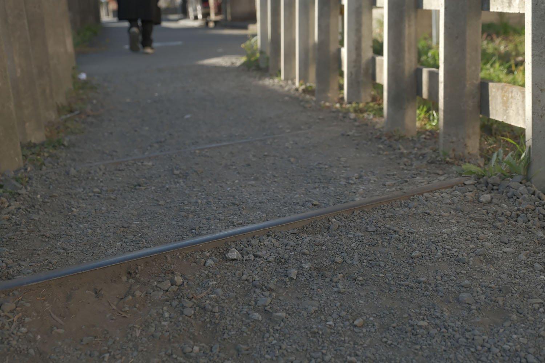レールがわずかに地面から出ている。つまづきそうだけど残されている。