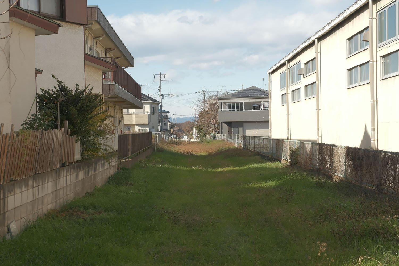 小踏切の先の安比奈線は住宅地を貫いている。