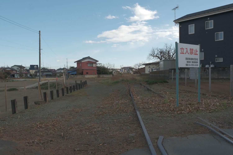 立入禁止看板があるものの、低い柵、土に還りそうな線路。萌えるシーンだ。