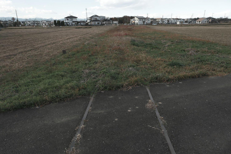 畑の畔と同化してしまった線路敷。