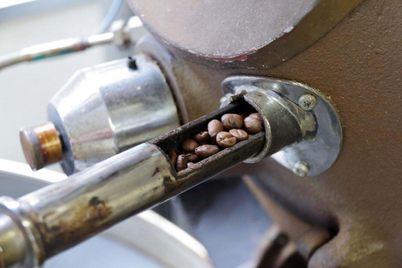 テストスプーンで焙煎窯内の豆を取り出し、色や香りから焙煎状態をチェックする。