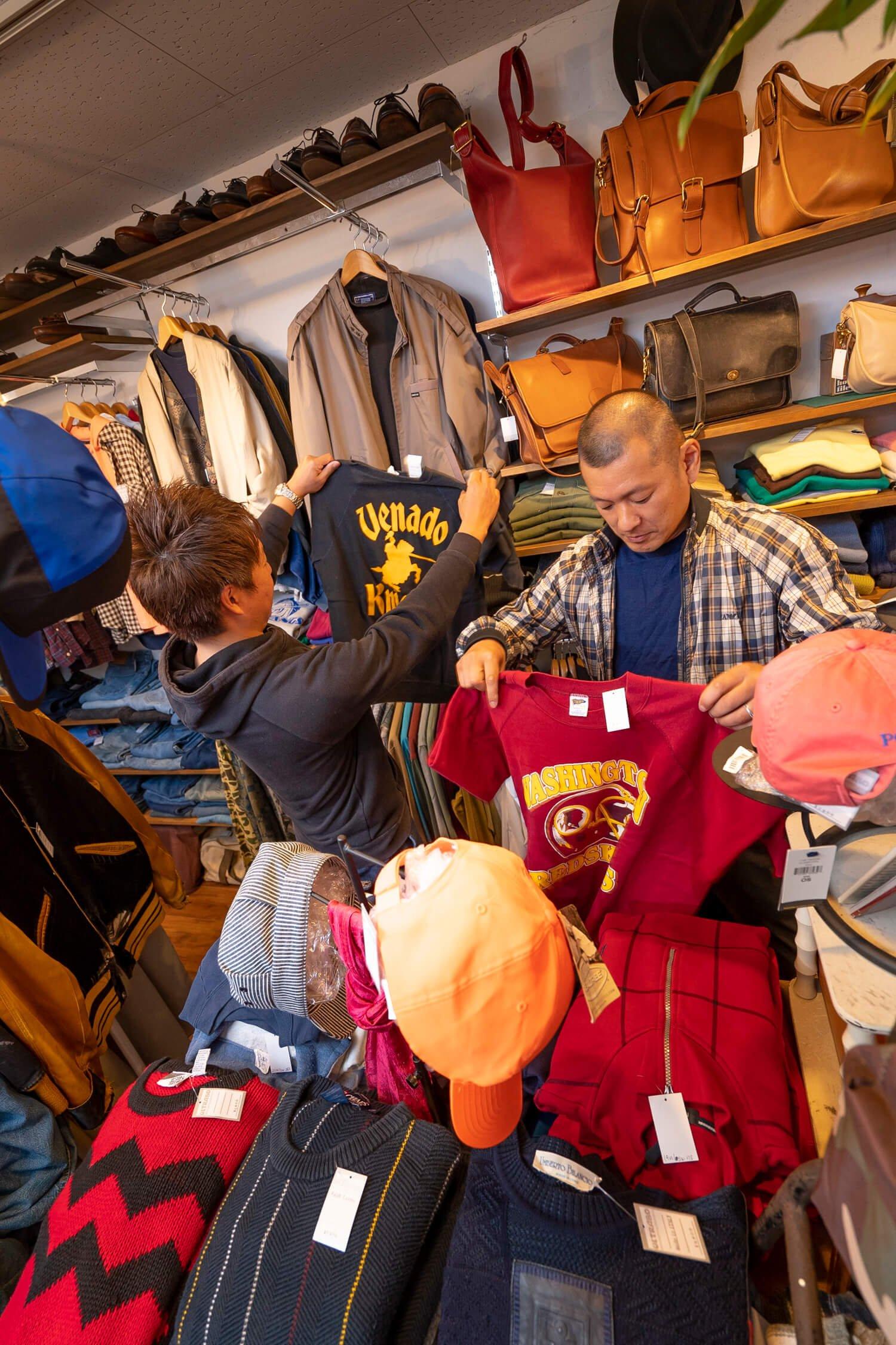 町田と言えば古着! ということで『ULTRABO』でお二人をスタイリング。『ULTRABO』は2006年にオープンした古着ショップで、「アメカジ以外のスタイルも提案したい」という店主・マコトさんが アメリカ西海岸で買い付けてくるビンテージ商品が店内に並ぶ。