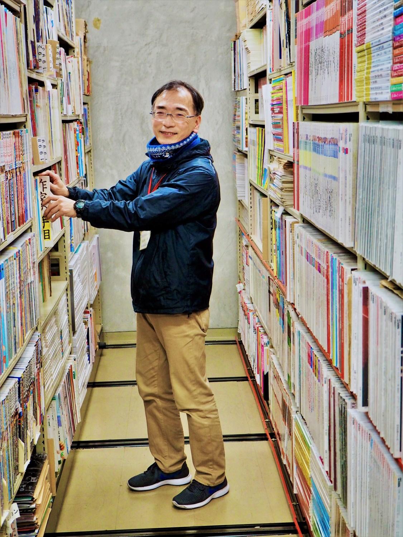 「迷宮書庫探検ツアー」で主にガイドを務めた黒澤さん。8室の書庫を自在に行き来するベテランだ。