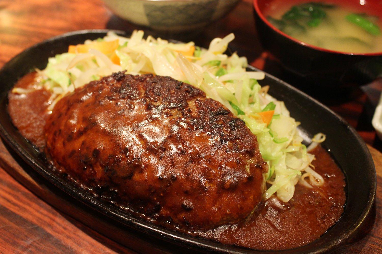 ハンバーグとデミグラスソースの最強タッグに野菜炒めが加勢してくる。