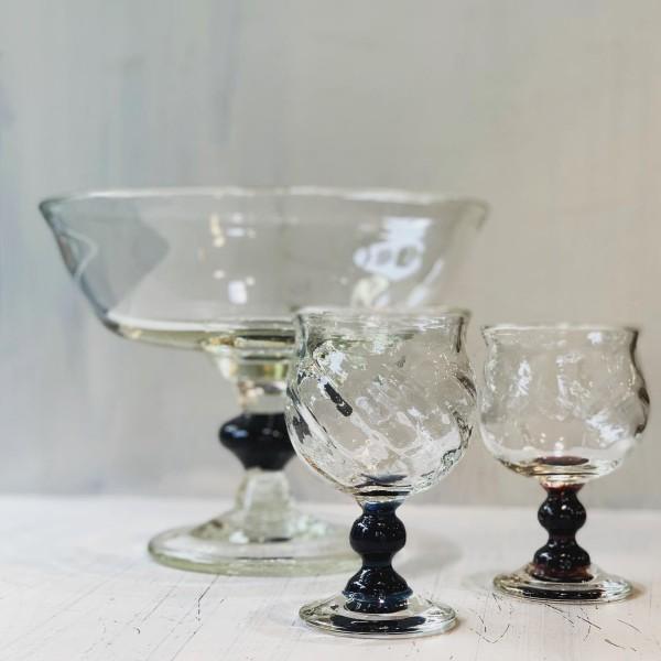 ガラス作品 星耕硝子 コンポート33000円、ワイングラス3850円。