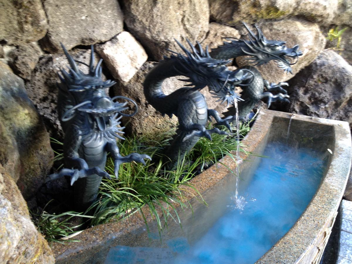 深川龍神の水鉢。(2012年)