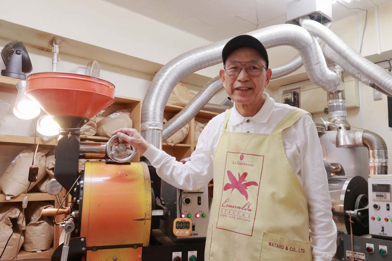 1日に20~30回も焙煎作業を行う代表の田村保之さん。