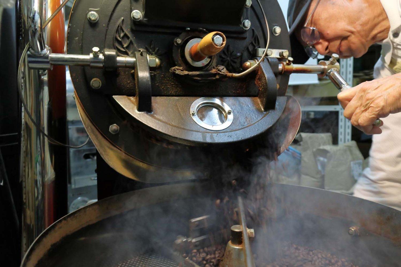 焙煎窯を開けると炒りたての豆があふれ出してくる。その後は余熱で焙煎が進まないよう、すぐに冷やす。