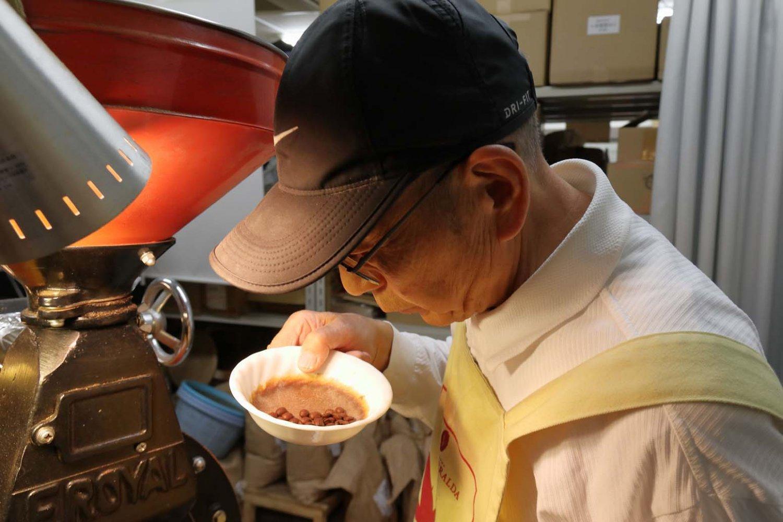 焙煎作業は1発勝負。焼き色や香りを何度も見て頃合を計る。
