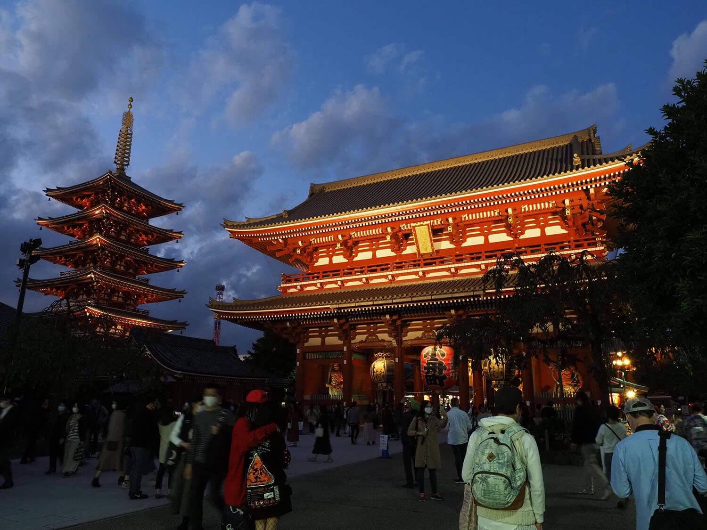 浅草夕暮れの浅草寺