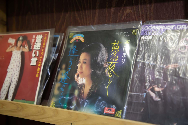 懐メロのシングルレコードも潜んでいる。