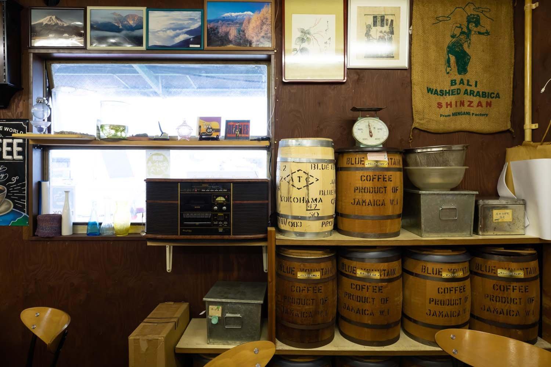 銘柄を書いたコーヒーの樽が並び、コーヒー袋が飾られている。