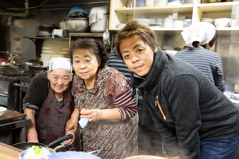 左から大野安枝さん、五十嵐好江さん、五十嵐雅哉さんの親子3代。