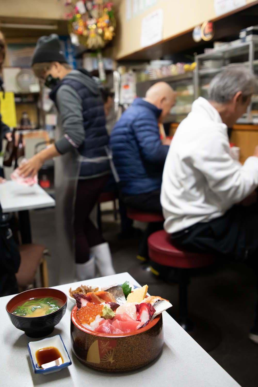 数分足らずで出してくれた海鮮丼。ネタは旬によって変わる。