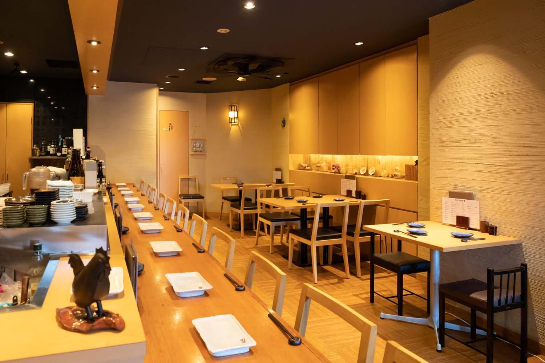 カウンター15席、テーブル10席のスッキリとした明るい店内。