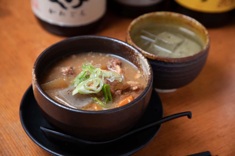 鶏のテールと鶏皮をじっくり煮込んだ鶏煮込み680円も人気。