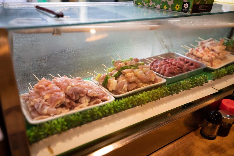 ショーケースに並ぶ生鶏は、新鮮そのもの。色まで美しい。