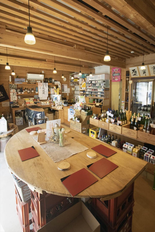 角打ちは燗酒含め日本酒1杯200円、3種飲み比べ500円。生ビールやハイボールもあり。