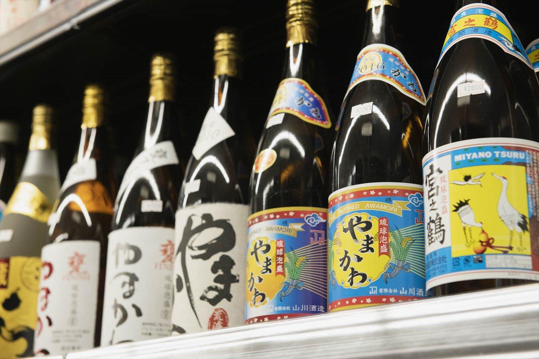 香りのよいタイ米と沖縄黒麹で仕込み、原液のみで熟成した山川酒造製の泡盛もずらりと揃う。