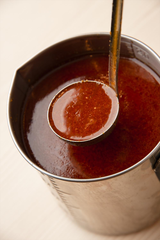 〈 ピリ辛ポイント 〉自家製のゴマラー油を混ぜたカエシ。山形産コレステロールゼロの紅花油も風味にアクセ ントを加えている。