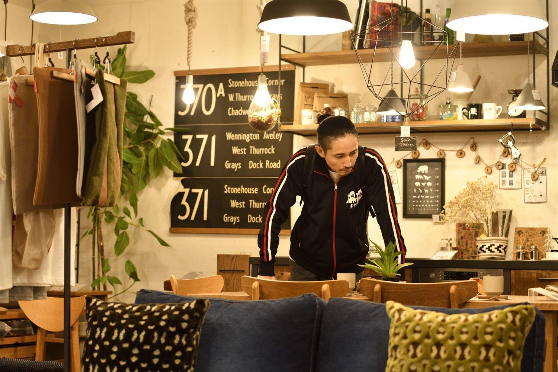 家具と雑貨のセレクトショップ『DAILIES』で。「このおしゃれなお店によく来ては、家具を眺めてましたね」。