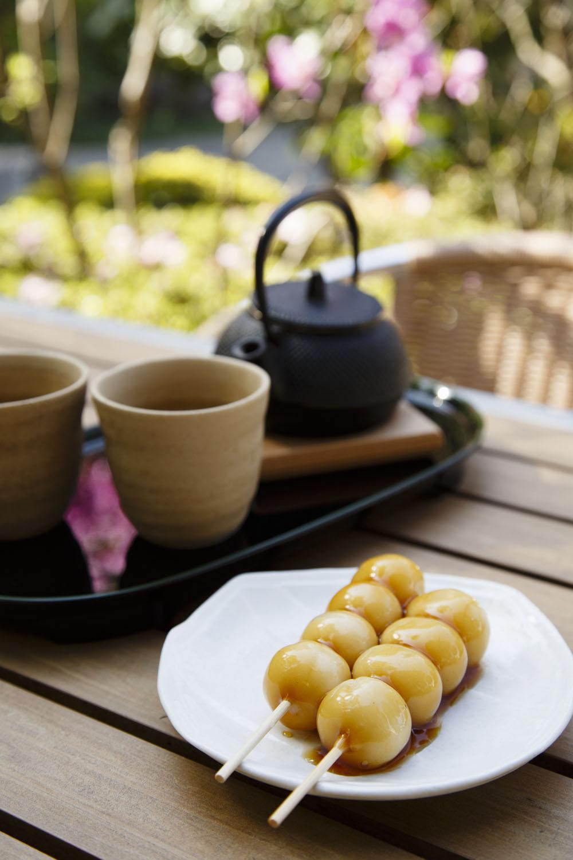 緑茶500円には鎌倉の老舗枝村園の煎茶を使用。大吉だんご2本350円と一緒に。