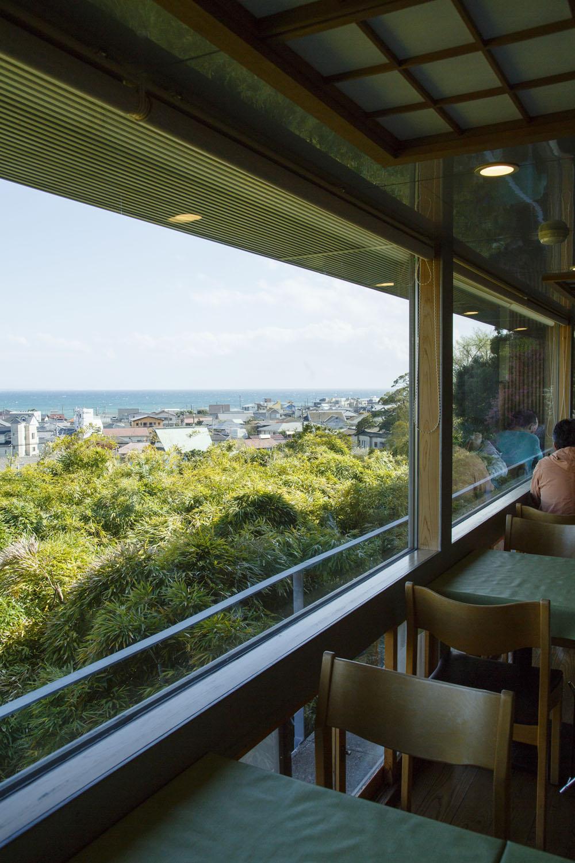 大きな窓から由比ガ浜を望む。